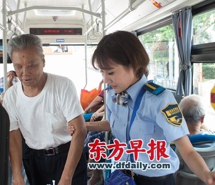 """2015年9月1日,上海451路公交车,乘务管理员小陆扶着70岁的王师傅到座位上去坐。 从9月1日起,上海首批46名公交车乘务管理员将正式上岗,服务451路公交车的乘客。""""乘务管理员不是重新恢复公交售票员,只是兼顾售票员职责,比如在人多拥挤时用手持POS机方便后门上车乘客刷卡,还兼顾车上的安全管理,比如对危险品的检查,这样也能让司机更专注于行车安全。""""上海浦东公交相关人士强调,服务中他们将率先推出怀抱婴儿、患疾病等""""五种乘客""""照顾率100%、乘客问询有问必答等服务承诺,主动接受乘客的监督。并实施车门迎送、特殊乘客照顾、到站提示、沿线特色介绍等8项特色服务。 早报记者 朱伟辉 图"""