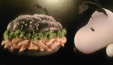 中国マクドナルドの黒いハンバーガー